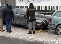 В Вильнюсе пострадал мужчина, когда Audi врезался в стоявший VW