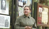 Экскурсовод в Партизанском лагере Коробчицы