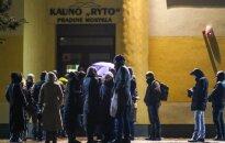 Каунасцы стоят в очереди, чтобы записать детей в школу