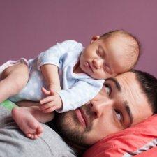 Tėtis nuramina verkiantį kūdikį neįprastu būdu