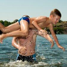 Trys didžiausios klaidos mokant vaikus plaukti