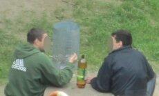 Vyrai geria bambalinį alų