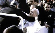 Pasikėsinimas į popiežių Joną Paulių II. 1981 m. gegužės 13 d. turkų kilmės Ali Agdža (Mehmet Ali Agca) pasikėsina į popiežiaus gyvybę. Pasikėsinimas įvyko Šv. Petro aikštėje, bendrosios audiencijos metu. Šv. Tėvas buvo sunkiai sužeistas, bet gan greitai
