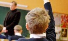 Pakelta ranka, moksleivis, mokinys, mokykla