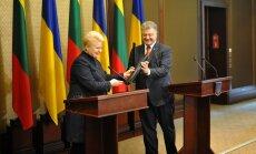 D. Grybauskaitė padovanojo P. Porošenkai pereskopą ir paprašė perduotiUkrainos kariams