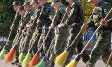 Rusijos kareiviai Pasieniečių mokyklos kieme šluoja rudeninius lapus.