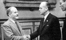 V. Molotovo ir J. von Ribbentropo rankos paspaudimas pasirašius SSRS ir Vokietijos nepuolimo paktą