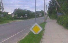 Skaitytoją nustebino Pandėlyje neįprastai pastatytas kelio ženklas