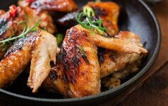 Aštrūs vištienos sparneliai su grietinės ir laiškinių česnakų padažu