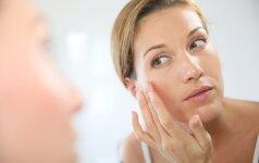 Pigmentinės dėmės ant veido: kodėl gydytojai rekomenduoja nenumoti ranka