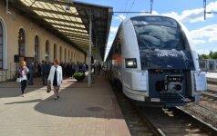 Поезда на взморье переполнены: пассажиры едут на полу и ступеньках