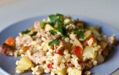 Perlinių kruopų troškinys su vištiena ir daržovėmis