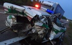 Citroen врезался в стоявший на дороге полицейский автомобиль