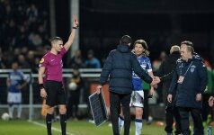 Капитана французского клуба удалили за выбитое из рук судьи табло