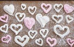 Saldi jausmų išraiška - burnoje tirpstantys širdies formos morengai