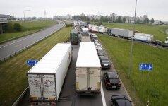 Kaune trijų sunkvežimių avarija paralyžiavo eismą: vairuotojai įkalinti ilgam