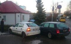 Улицы Каунаса превратились в каток, машины сносили столбы и заборы