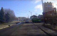 Įkliuvo: nufilmuotas chuliganiškai vairuojamas kauniečio automobilis