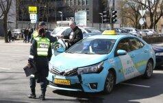 В центре столицы столкнулись два автомобиля такси, пострадала пассажир