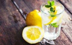 Rytą verta pradėti nuo stiklinės vandens su citrina – mitas ar tiesa?
