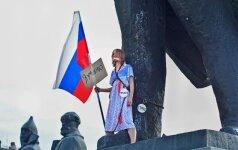В Новосибирске студентка приковала себя цепями к памятнику Ленина