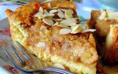 Obuolių pyragas su razinomis ir migdolais