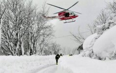 На месте схода лавины на отель в Италии нашли шесть выживших