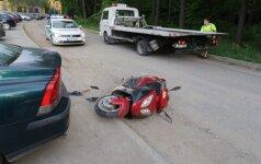Мотороллер врезался в стоящий автомобиль – двое в больнице