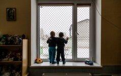 Be kaltės įkalinti vaikai visas moteris vadina mamomis