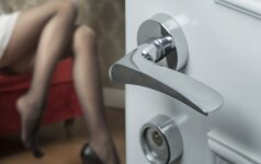 Šokiruojantys video įrašai atskleidė tiesą - vyras prievartaudavo žmoną, kol ši miegojo