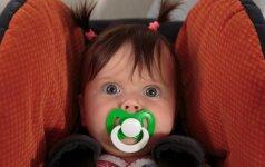 Patyrusios mamos patarimai: kaip keliauti su mažais vaikais lėktuvu