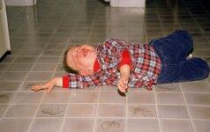 Vaikas griūna ant žemės ir rėkia: kaip pasielgti tėvams?