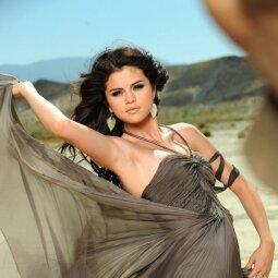 Įsimylėjusi Selena prarado kuklumą? Pasipuošė palaidine, kuri parodė per daug (FOTO)