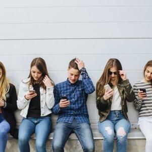 Neįtikėtina: 55 proc. tėvų skaitytų asmenines vaikų žinutes socialiniuose tinkluose