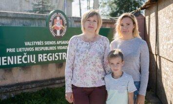 Марина Бутюкова с семьёй в Центре регистрации иностранцев