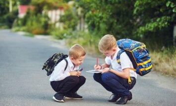 Vaikai eina į mokyklą