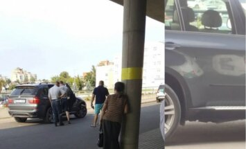 Kaune peršautas automobilis, kulka kliudė mergaitės koją