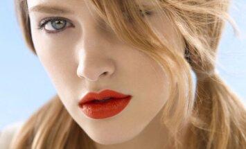 graži mergina ryškiomis lūpomis