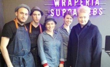Dalia Grybauskaitė įsiamžino su kebabinės personalu