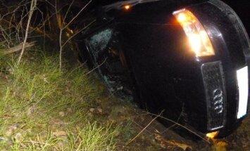 """Nuo pasieniečių sprukusių kontrabandininkų """"Audi A4"""" nulėkė į griovį"""