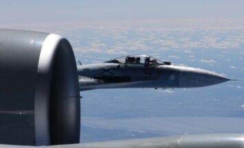 Rusijos laivyno naikintuvas Su-27 nesaugiai perima JAV žvalgybinį lėktuvą RC-135