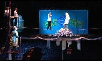 ВИДЕО: Цирковая гимнастка вышла замуж под куполом цирка