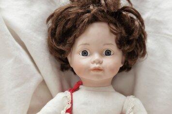Žaisdamas vaikas nuolat išrengia lėles: ką tai reiškia?