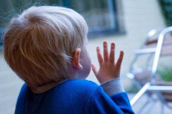 Vaikas su ašaromis eina į darželį: psichologės patarimai šeimai