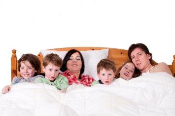 Kad galėtų miegoti vienoje lovoje su 4 vaikais, šeima kai ką sugalvojo