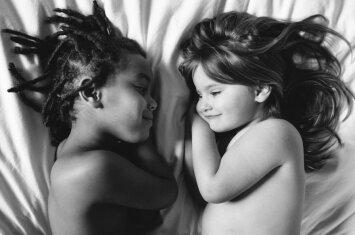 Jaudinanti fotosesija, atskleidžianti įvaikintos ir pagimdytos dukterų ryšį