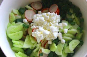 Gaivios salotos su grūdėta varške