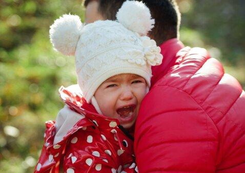 Vaikas pratrūksta iš pykčio viešoje vietoje: ką pirmiausia daryti tėvams