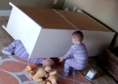 Nufilmavo, kaip vaikas gelbsti brolį, ant kurio užvirto komoda