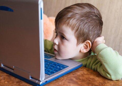 Vaikystė tarp ekranų: nerimą keliantys naujausi tyrimai ir esminiai patarimai tėvams